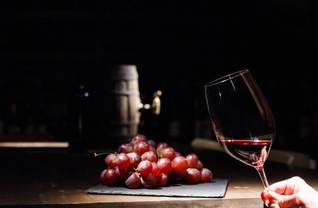 mulher-segura-vidro-vinho-antes-grupo-uva-mentindo-pretas-prato_1304-2851